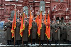 Russische militairen in de vorm van de Grote Patriottische Oorlog bij de parade op Rood Vierkant in Moskou Stock Fotografie