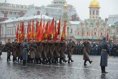 Russische militairen in de vorm van de Grote Patriottische Oorlog bij de parade op Rood Vierkant in Moskou Royalty-vrije Stock Fotografie