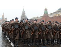Russische militairen in de vorm van de Grote Patriottische Oorlog bij de parade op Rood Vierkant in Moskou Stock Foto