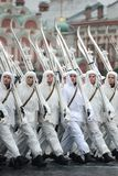 Russische militairen in de vorm van de Grote Patriottische Oorlog bij de parade op Rood Vierkant in Moskou Royalty-vrije Stock Afbeelding