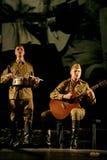 Russische militairen die de halt in de synthese van muzikaal orkest spelen Royalty-vrije Stock Foto