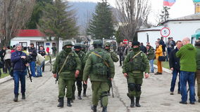 Russische militairen die in Perevalne marcheren stock footage