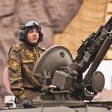Russische militairen en ambtenaren op het pantser van militaire uitrusting Royalty-vrije Stock Afbeelding