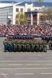 Russische militairen maart bij de parade op jaarlijkse Victory Day Royalty-vrije Stock Foto
