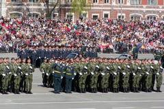 Russische militairen maart bij de parade op jaarlijkse Victory Day Stock Afbeelding