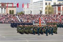 Russische militairen maart bij de parade op jaarlijkse Victory Day Stock Fotografie