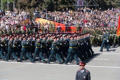 Russische militairen maart bij de parade op jaarlijkse Victory Day Royalty-vrije Stock Afbeeldingen