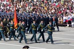 Russische militairen maart bij de parade op jaarlijkse Victory Day Stock Foto's