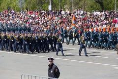 Russische militairen maart bij de parade op jaarlijkse Victory Day Royalty-vrije Stock Foto's