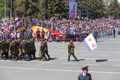 Russische militairen maart bij de parade op jaarlijkse Victory Day Royalty-vrije Stock Fotografie