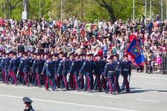 Russische militairen maart bij de parade op jaarlijkse Victory Day Stock Afbeeldingen