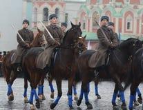 Russische militairencavalerie in de vorm van de Grote Patriottische Oorlog bij de parade op Rood Vierkant in Moskou Stock Fotografie
