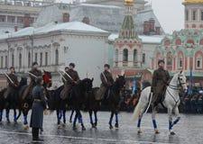 Russische militairencavalerie in de vorm van de Grote Patriottische Oorlog bij de parade op Rood Vierkant in Moskou Stock Afbeeldingen