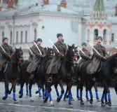 Russische militairencavalerie in de vorm van de Grote Patriottische Oorlog bij de parade op Rood Vierkant in Moskou Royalty-vrije Stock Foto's