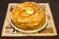 Russische nationale delicatesse - pannekoeken met boter Stock Afbeelding