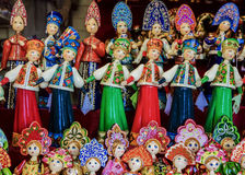 Russische nationale Kostüme der hölzernen Puppen stockfoto