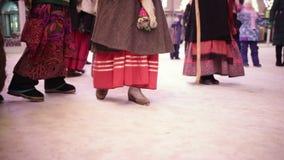 Russische nationale traditie - kolyadki Mensen die op de straten in volkskleren en het zingen traditionele hymneliederen lopen stock footage