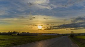 Russische Noordelijke zonsondergang, het landschap van het gebied en de schuur met het bos royalty-vrije stock foto's