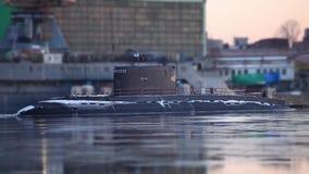 Russische onderzeeër in de pijler stock footage