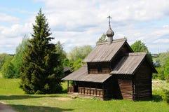 Russische orthodoxe hölzerne Kirche Stockbild