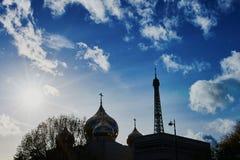 Russische orthodoxe kathedraal en de toren van Eiffel in Parijs, Frankrijk Royalty-vrije Stock Afbeeldingen