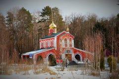 Russische Orthodoxe kerk met gouden koepel op de achtergrond van het de herfstbos Stock Fotografie