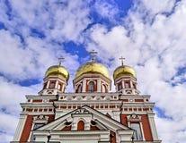 Russische orthodoxe kerk met gouden koepels Stock Afbeeldingen