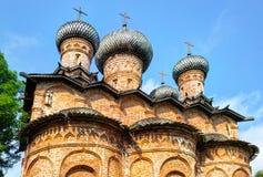 Russische orthodoxe kerk met houten koepels en kruisenag Stock Afbeelding