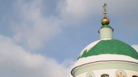 Russische orthodoxe kerk op een duidelijke video van de de winterdag stock video