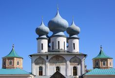 Russische orthodoxe Kirche gegen den blauen Himmel Stockbild