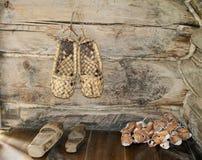 Russische oude bastschoenen met zwemvliezen op de houten achtergrond Stock Foto's