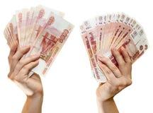 Russische Papierbanknoten 5000 Rubel in zwei Händen auf weißem Hintergrund Lizenzfreies Stockbild