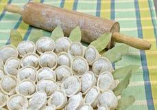 Russische pelmeni van vleesbollen op groene Dichte omhooggaand Stock Foto
