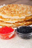 Russische Pfannkuchen - Blini mit Kaviar Selektiver Fokus Lizenzfreies Stockbild