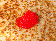 Russische Pfannkuchen - Blini mit Kaviar Selektiver Fokus Lizenzfreie Stockfotos