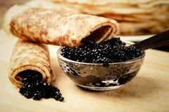 Russische Pfannkuchen - Blini mit Kaviar Selektiver Fokus getont Lizenzfreie Stockfotografie