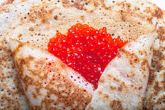Russische Pfannkuchen - Blini mit rotem Kaviar Stockbilder