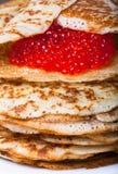 Russische Pfannkuchen - Blini mit rotem Kaviar Stockbild