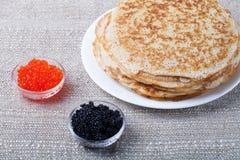 Russische Pfannkuchen - Blini mit rotem und schwarzem Kaviar Stockfotos