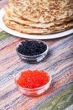 Russische Pfannkuchen - Blini mit rotem und schwarzem Kaviar Stockfoto