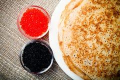 Russische Pfannkuchen - Blini mit rotem und schwarzem Kaviar getont Lizenzfreie Stockfotos