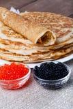 Russische Pfannkuchen - Blini mit rotem und schwarzem Kaviar Selektive FO Stockfoto