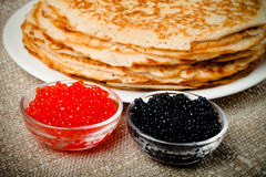 Russische Pfannkuchen - Blini mit rotem und schwarzem Kaviar Selektive FO Lizenzfreies Stockbild