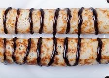 Russische Pfannkuchen - Blini mit Schokoladenbelag Lizenzfreie Stockfotos