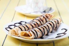 Russische Pfannkuchen - Blini mit Schokoladenbelag Stockfoto
