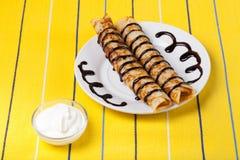 Russische Pfannkuchen - Blini mit Schokoladenbelag Lizenzfreie Stockfotografie