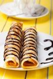 Russische Pfannkuchen - Blini mit Schokoladenbelag Selektiver Fokus Stockfotografie