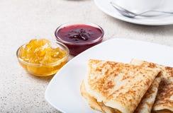 Russische Pfannkuchen - Blini mit Tasse Tee, Stau und Sauerrahm Lizenzfreies Stockbild