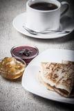 Russische Pfannkuchen - Blini mit Tasse Tee und Stau getont Stockfotos