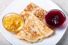 Russische Pfannkuchen - Blini mit zwei Arten Stau Stockfotos